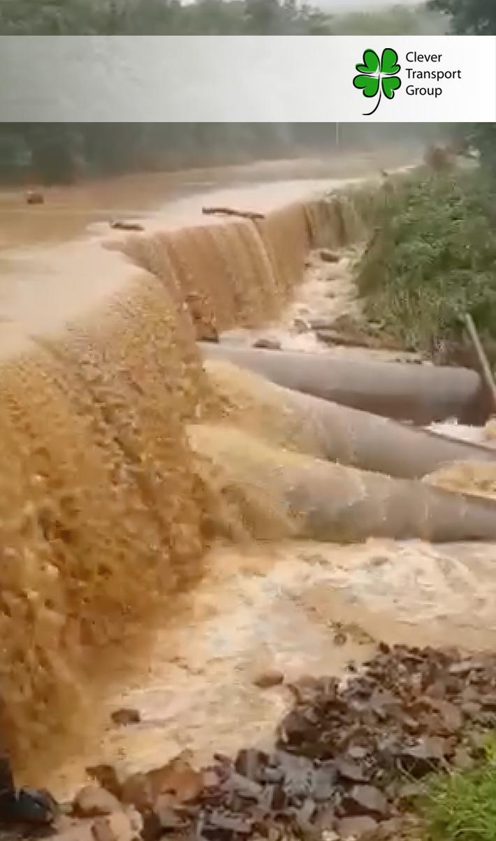 Размытая в результате тайфуна дорога под Владивостоком